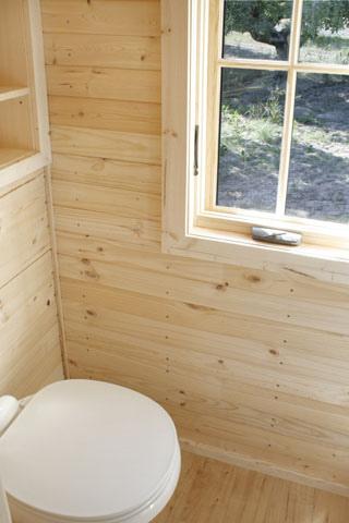 Interior casa diminuta madera sobre remolque