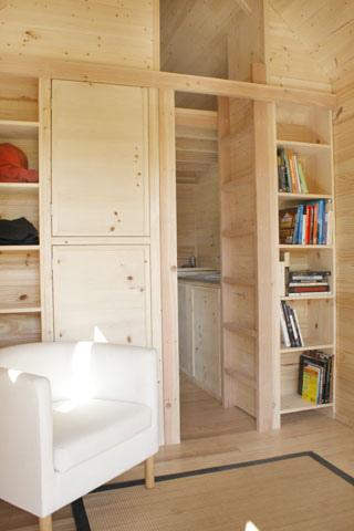 Interior pequeña casa ce madera móvil
