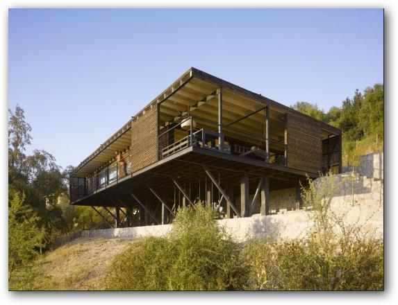 casa construida con pilotes