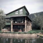 Plano de casa rústica de 3 plantas hecha de piedra y madera