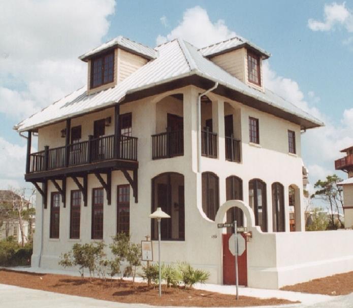 Fachada de casa antigua de 2 pisos