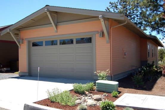 Fachada de casa tradicional con 2 dormitorios entrada de garaje doble