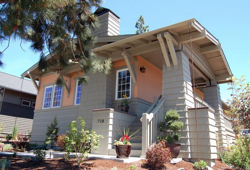 Fachada de casa tradicional con 2 dormitorios y garaje