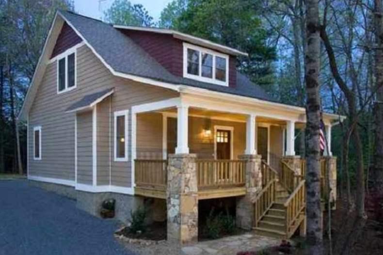 Plano de casa de dos pisos, 3 dormitorios y 135 metros cuadrados