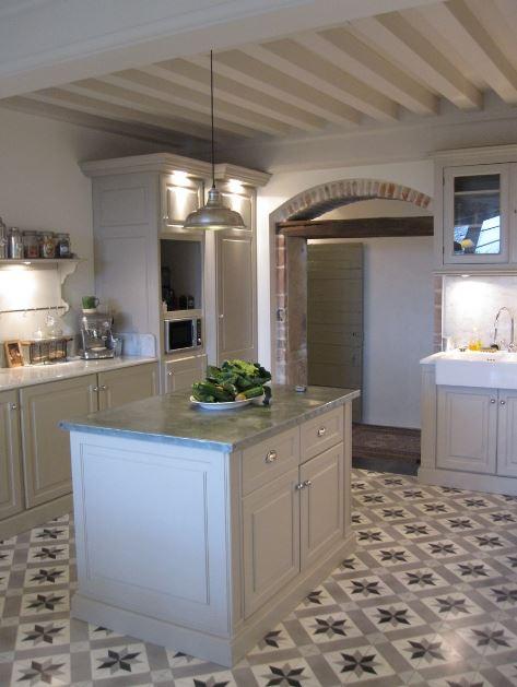 Pared de cocina con arco y barra desayunadora for Barras para cocina