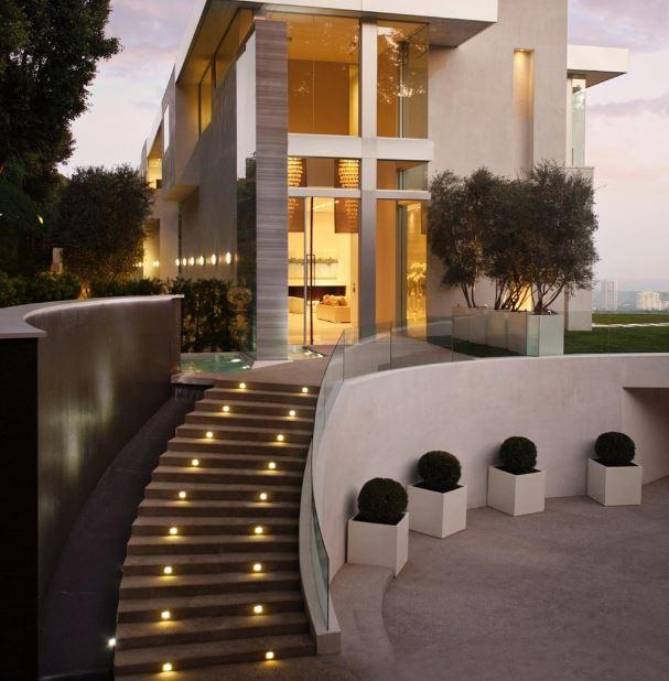 Fachadas de casas de dos pisos con escaleras por fuera Pisos para exteriores de casas modernas