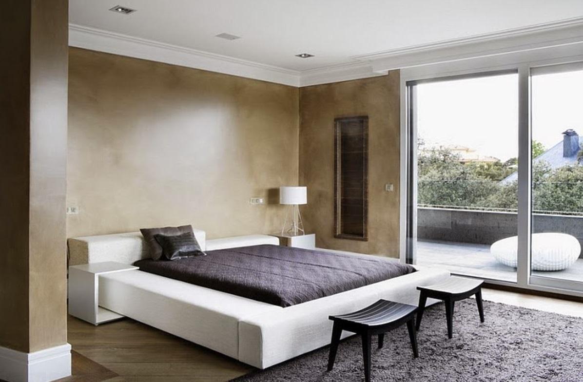 yatak odasında geniş pencere